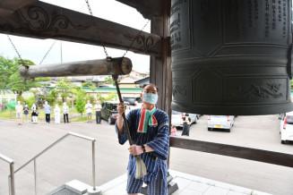 平和の鐘を鳴らす斎藤政一さん