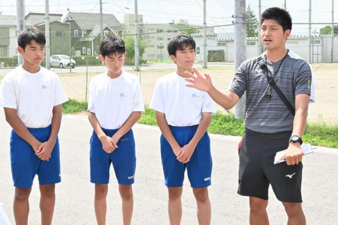 サッカー選手から教員に転身し、子どもたちの育成に心血を注ぐ佐々木航さん(右)