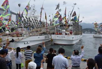 大船渡港を出港する大型サンマ漁船。関係者は不漁予報を覆す漁に期待する=17日午後0時20分、大船渡市大船渡町