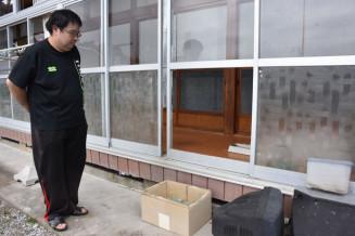 窓が壊されクマが侵入した男性方=18日午前10時35分、大船渡市三陸町越喜来