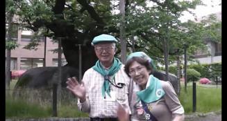 動画で盛岡市を紹介する大矢正典会長(左)と石川京子副会長(盛岡ふるさとガイドの会提供)