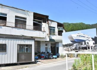 津波で観光船はまゆりが乗り上げた旧民宿。建物前に当時の状況を示す看板が設置されている