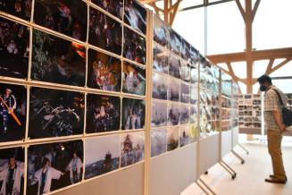 安渡地区の暮らしの一こまを捉えた作品を紹介するアーカイブ展