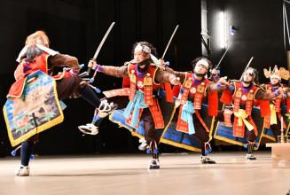 息の合った赤沢鎧剣舞を披露する赤沢芸能保存会の小中学生