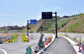 開通前に避難路として利用が始まる新国道45号=21日、陸前高田市気仙町