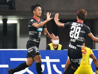 熊本-岩手 後半7分にゴールを決めて喜ぶ岩手のMF小谷光毅(左)=熊本市・えがお健康スタジアム