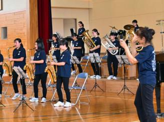元気あふれる演奏で観客を魅了した北松園中吹奏楽部の部員たち