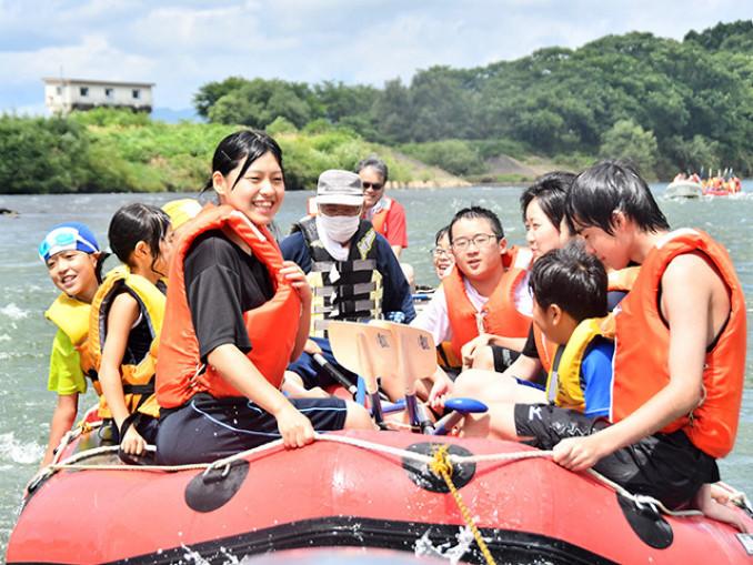 北上川をボートで遊覧する児童ら