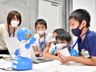 プログラミングを体験する子どもたち