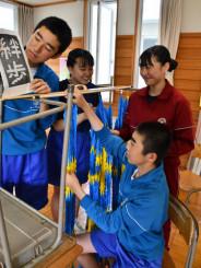 鶴文字を作る河南中生徒会のメンバー