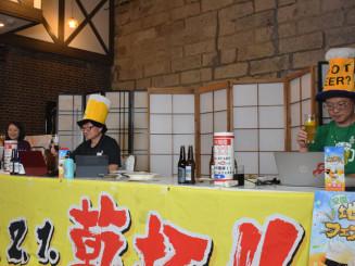 初の動画配信イベントで乾杯する神崎良一プロジェクト委員長(左から2人目)ら