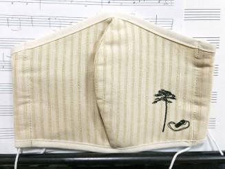 陸前高田市の「奇跡の一本松」の木くずを原料にしたマスク(NPO法人「日本コカリナ協会」提供)