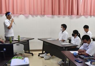 植野歩未特命参事(左)の話を聞き、ILCについて理解を深める生徒