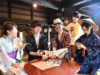 みちのく民俗村で収録する(左から)西野花菜さん、稲垣隼人さん、熊谷元輝さん、坂口夏帆さんと撮影する小原奏馬さん