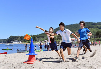砂浜を全力で駆ける生徒たち=26日、山田町船越・浦の浜海水浴場