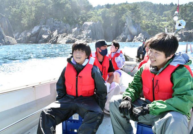 小型漁船に乗り、刺し網漁の見学に向かう生徒
