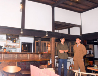 古民家を改修したカフェと貸しスペースを開く岩隈大樹さん(右)と幸樹さん