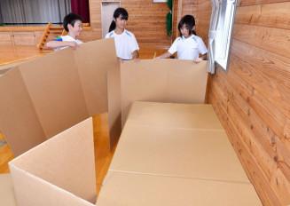 てきぱきと段ボールベッドを組み立てる児童=28日、岩泉町上有芸・有芸小
