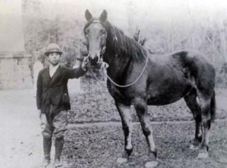 軍に引き渡す前に馬と記念撮影をした前島英資さんの父(前島さん提供)