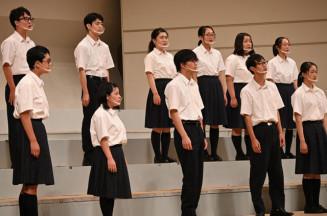 コロナ禍の中、ステージに立てる喜びをかみしめ、高らかに声を合わせる紫波総合の生徒=30日、盛岡市・県民会館