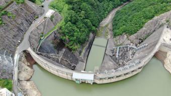 きれいなアーチを描く湯田ダム=西和賀町・錦秋湖(本社小型無人機から撮影)