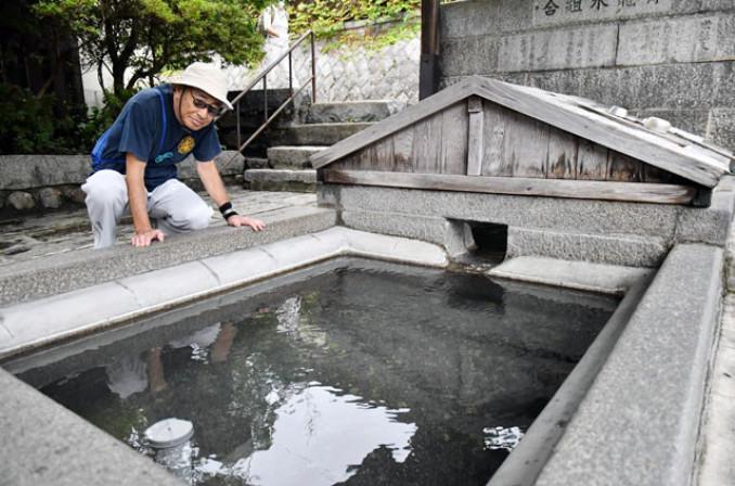 湧き水が戻り、利用を再開した青龍水の水場