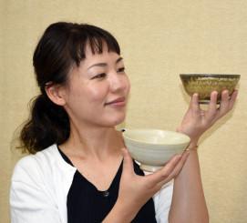 ウニの殻を使ったうわぐすりをかけて試作した陶器の風合いを確かめる安藤あさひさん