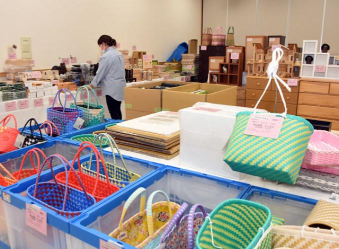 多様な品々が並ぶ刑務所作業製品の展示即売会