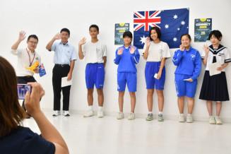 オーストラリアの生徒に笑顔で手を振る動画を撮影する釜石市内の中学生ら