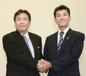 共同記者会見を終え握手する立憲民主党の枝野代表(左)と国民民主党の泉政調会長=7日午後、国会
