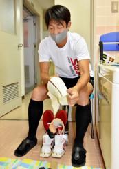 飛躍用ブーツのサポーターをチェックする永井秀昭(岐阜日野自動車)。本格的なシーズンインを前に道具の準備を進めている=北上市・北上済生会病院