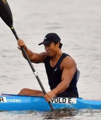 男子カヤックシングル1000メートル 力強いこぎで組1位となり予選を突破した水本圭治(チョープロ)=石川県小松市・木場潟カヌー競技場