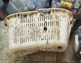 石垣島のビーチで見つかった「釜石 魚市場」と書かれたプラスチック製のかご=7日、沖縄県石垣市(底地ビーチ提供)