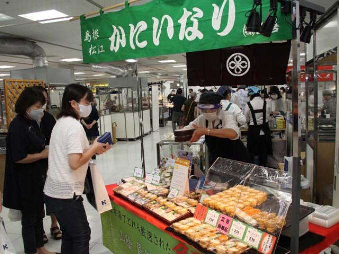 全国うまいもの大会初出店の島根の「かにいなり」を求める買い物客