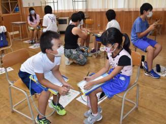 2人一組で取材の練習に取り組む二戸西小の児童