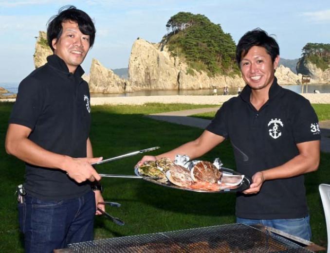 浄土ケ浜を目前に楽しめるバーベキュー企画をPRするレストハウスのスタッフ