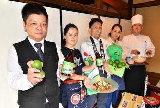 礼状を贈った上田顕秀課長(中央)とカボス商品を手に意気込む盛岡市内の事業者