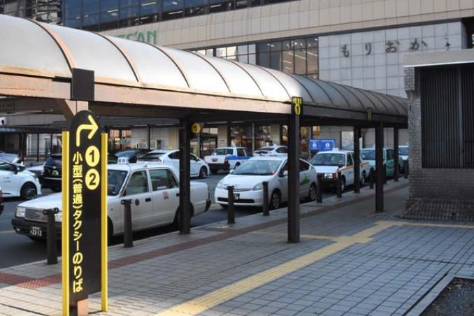 盛岡駅南口のタクシー乗り場。つなぎ温泉との定額運行がスタートした