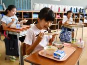 地元牛ギュッとかみしめ 一関市、小中学校で給食提供開始