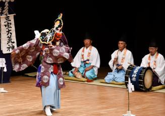 「荒神」を披露する和賀大乗神楽保存会の会員