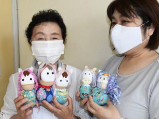 ウマビエを手にする(左から)小菅祐子支部長、加藤美保さん