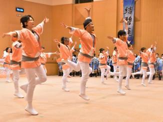 躍動感のある演舞を披露し、本番への機運を高める42歳年祝連のメンバー