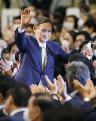 自民党の新総裁に選出され、拍手に応える菅官房長官=14日午後3時21分、東京都内のホテル