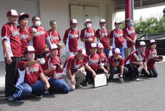 大川孝夫さん(前列左から4人目)が寄贈したユニホームを披露するソフトボールチーム「ドリーム」のメンバーら