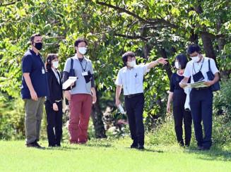 御所野遺跡を巡るイコモスの調査員(左)。地元では節目の喜びと登録への期待が広がった=15日、一戸町岩舘・御所野縄文公園