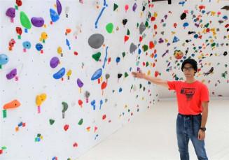 「クライミングジム マカルー」の店長を務める千田真一郎さん。初心者から上級者まで楽しめる約70のコースを備える