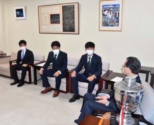上田東一市長(右)に天皇杯への意気込みを語る富士大サッカー部の選手