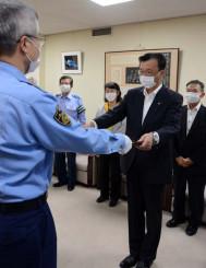 高橋明弘署長(左)から称賛状を受ける上田東一市長
