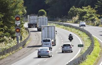 県内の一部で、最高速度120キロの本格運用が開始された東北自動車道=16日午後、紫波町