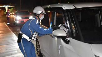 高速道出入り口で取り締まりを行う県警高速隊員。今年は飲酒運転の摘発が昨年より増えている
